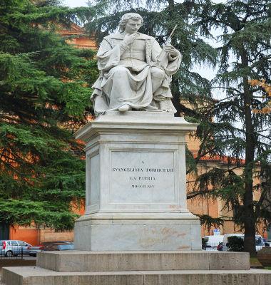 Estátua de Torricelli na cidade italiana de Faenza, lugar do nascimento do célebre cientista