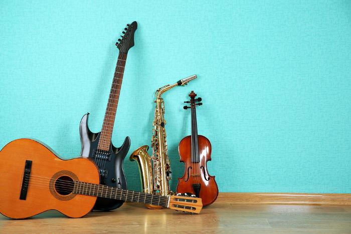 Os instrumentos musicais funcionam de acordo com os fenômenos ondulatórios, que são estudados pela Acústica.