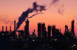 Refinaria de petróleo onde são obtidos os derivados deste que é o combustível fóssil mais usado atualmente