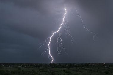 Os raios originam-se a partir do atrito de massas de ar, o que causa a eletrização das nuvens