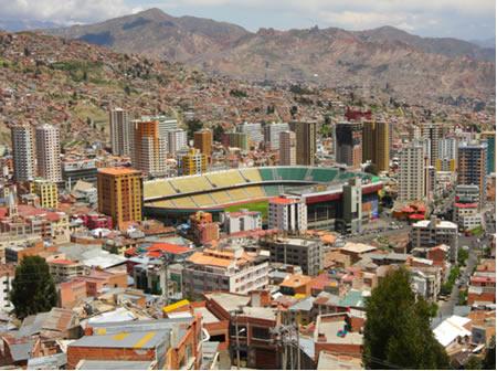 Estádio de futebol na Bolívia, em La Paz (3.600 metros acima do nível do mar)