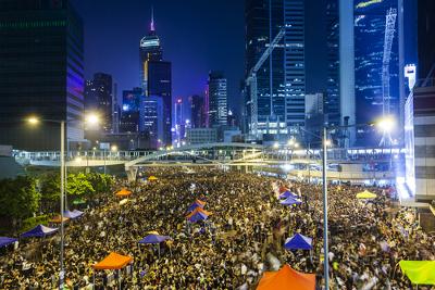 Os protestos de Hong Kong, em 2014, reuniram uma multidão nas ruas pedindo pela democracia *