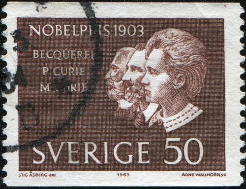 Um selo impresso na Suécia por volta de 1963 mostra prêmio Nobel que Antoine Henri Becquerel, Pierre e Marie Curie dividiram em 1903*