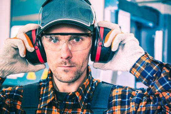 Trabalhadores submetidos a determinados tipos de ruídos devem utilizar protetores auriculares