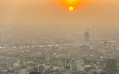 A fumaça pairando sobre as cidades é uma consequência da inversão térmica
