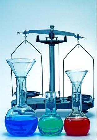 O equilíbrio químico que algumas reações reversíveis realizam é estudado em Físico-Química