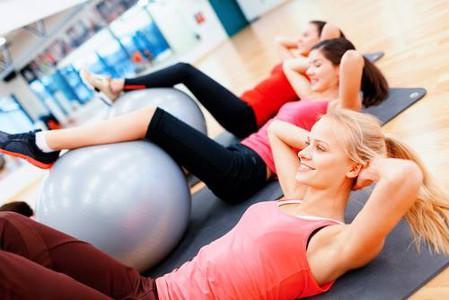Grupo praticando exercícios de pilates