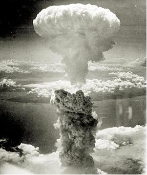 A fissão nuclear libera grande quantidade de energia. Um exemplo foi a bomba atômica lançada em Hiroshima (foto)