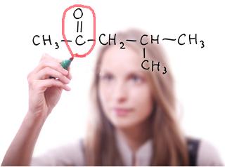 Estudante identificando grupo funcional da função orgânica das cetonas
