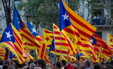 Bandeiras da Catalunha são erguidas durante uma manifestação separatista em Barcelona ¹