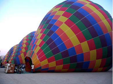 O aumento da temperatura do ar dilata o balão e faz com que ele estufe