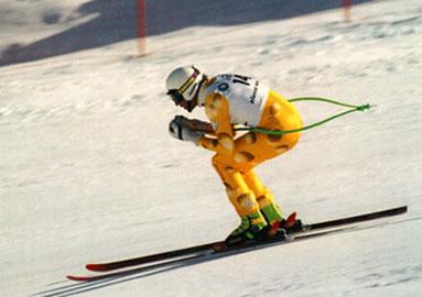 Movimento de descida de um esquiador na neve