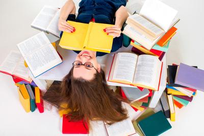 Os tipos textuais são: narração, descrição, dissertação, exposição e injunção. Os diversos gêneros apoiam-se na tipologia textual