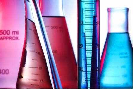 A grande maioria das soluções químicas usadas em laboratório é liquida, formada por sólidos dissolvidos em líquidos