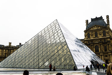 Pirâmide encontrada no museu do Louvre, em Paris