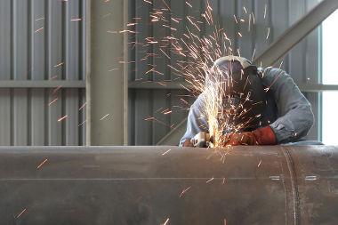 As fagulhas não queimam o operário porque possuem massa muito pequena e, portanto, capacidade térmica pequena.