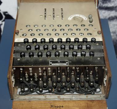 A máquina Enigma foi o modelo de máquina criptográfica usado pelos nazistas durante a Segunda Guerra