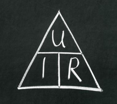 A equação acima é reconhecida como sendo a 1ª Lei de Ohm, mas ela pode ser aplicada a elementos não ôhmicos