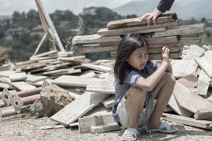 O trabalho escravo e a exploração do trabalho infantil são exemplos de violações contra os direitos humanos.