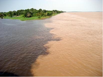 Os rios Negro e Solimões afluem juntos por 10 km sem se misturarem. Isso é visualizado graças à diferença entre as cores de suas águas