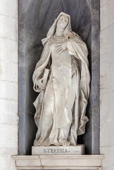 Estátua de Santa Teresa de Ávila em um convento português