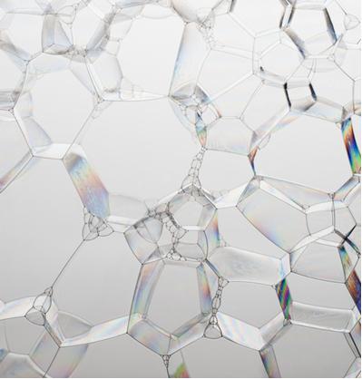 Existem forças de atração intermolecular que mantêm as bolhas de sabão