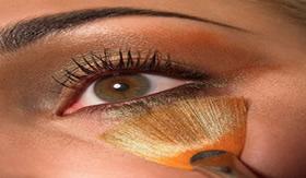 Antimônio é componente de sombras para olhos.