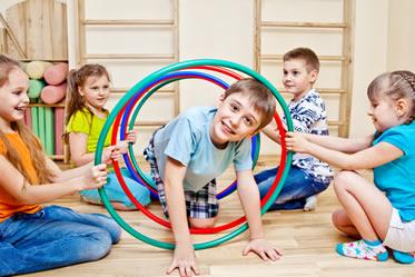 Crianças durante aula de Educação Física