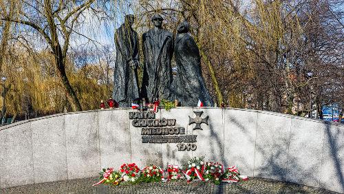 Memorial em homenagem às vítimas polonesas do Massacre de Katyn *