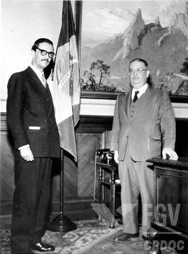Na imagem, temos o presidente Jânio Quadros (à esquerda de terno escuro)*