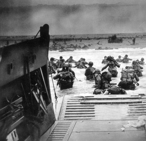 Soldados americanos desembarcando na praia de Omaha, na Normandia, durante o Dia D, em 1944