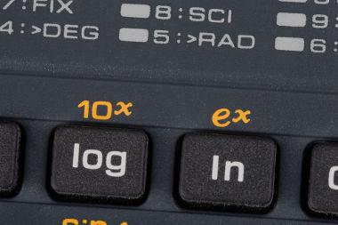 Logaritmo de base 10 e logaritmo natural em uma calculadora científica