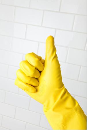 O ácido clorídrico impuro é o ácido muriático usado na limpeza de azulejos