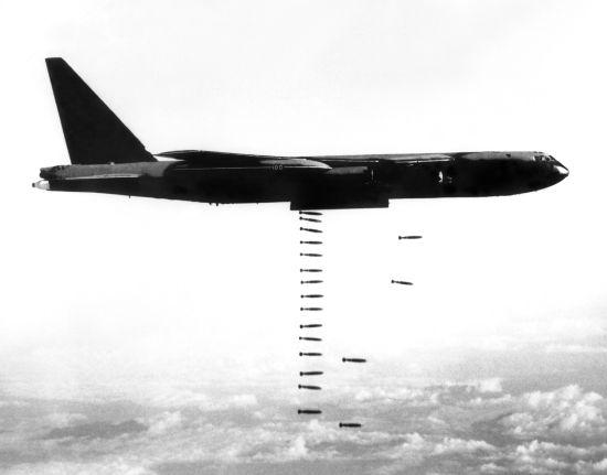 As bombas lançadas pelos aviões na guerra do Vietnã executavam movimento horizontal até tocarem o alvo