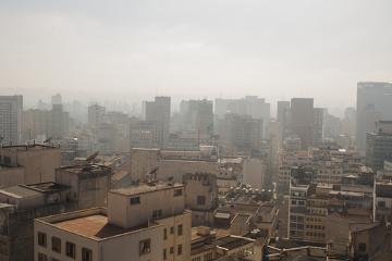 Observe a vista da cidade de São Paulo e a clara poluição do ar
