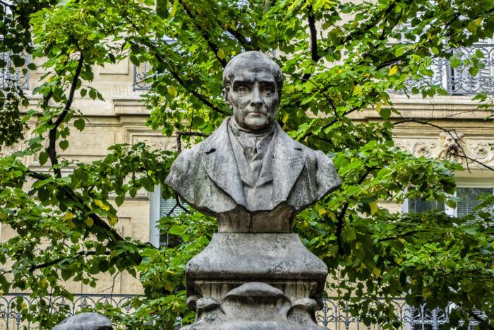 Monumento ao filósofo francês Auguste Comte na Praça Sorbonne, Paris – França.
