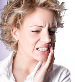 Um inconveniente do amálgama em restaurações dentárias é a dor de dente que a pessoa sente ao morder papel-alumínio