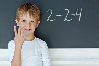 A adição de números naturais sempre resultará em um número positivo