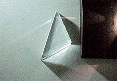 Luz sendo desviada no interior do prisma de reflexão total