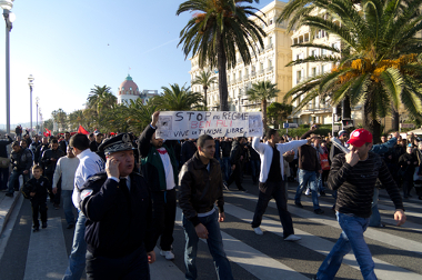 Manifestantes tunisianos indo às ruas em busca de democracia, em Janeiro de 2010*
