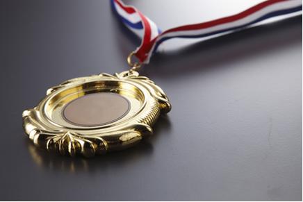 Muitas medalhas são feitas de um metal mais barato e são revestidas com metais mais nobres, como o ouro, por meio de eletrólise com eletrodos ativos