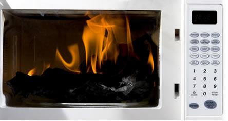 O micro-ondas pode pegar fogo e causar um incêndio se for colocado dentro dele papel alumínio ou utensílios de metal