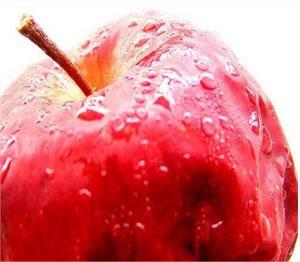 Mesmo estando podre, a maçã conserva sua casca vermelha.
