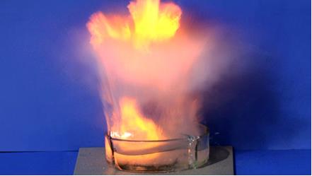 Reação do sódio na água rompe o recipiente de vidro*