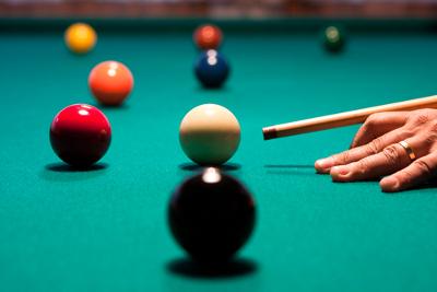 A colisão entre as bolas de bilhar é um exemplo de colisão elástica, pois não há deformação dos corpos