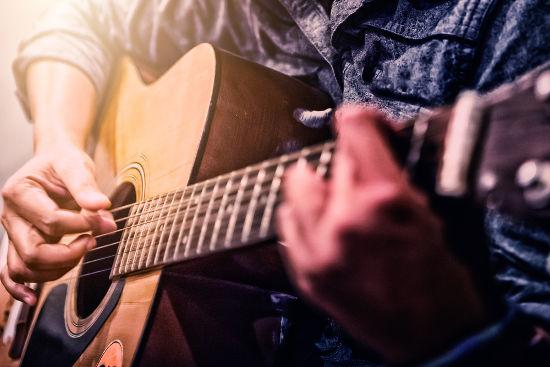 A lei de Taylor pode ser aplicada às cordas tensionadas de um violão