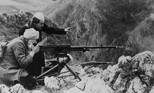 Soldados do Ustasha lutando contra tropas partisans nas montanhas da Bósnia em 1944