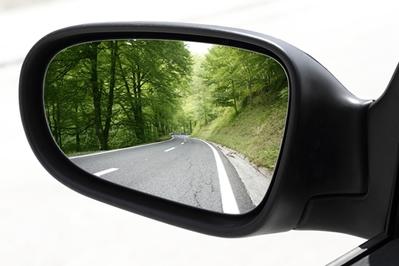 Alguns carros utilizam retrovisores em formato de espelhos esféricos