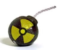 Combinação de efeito explosivo com danos radioativos.