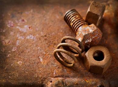 Na formação da ferrugem, o ferro sofre oxidação e o oxigênio sofre redução